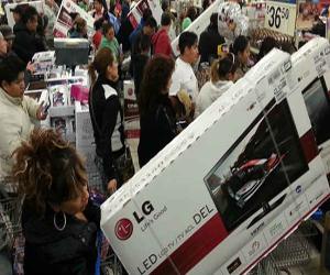Consumidores de pantallas en el Buen Fin en México. Foto: EFE